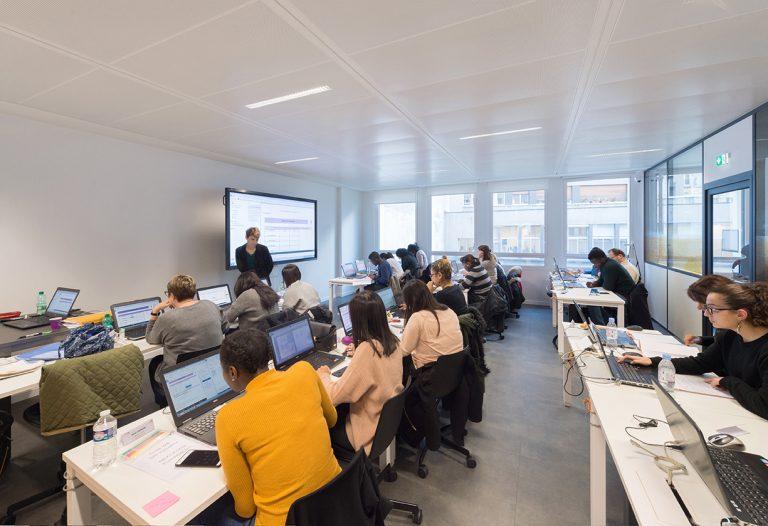 Salle de cours Webitech avec des étudiantes qui travaillent